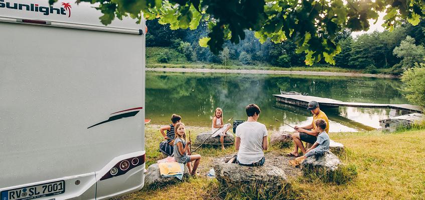 2021_sl_a70_fam-plu_lifestyle_3.jpg / Wohnmobil Lagerfeuer