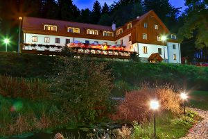 Kurhotel Ewa Medical & SPA Gebäude am Abend