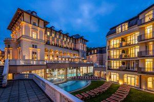 Falkensteiner Hotel Grand MedSpa Gebäude bei Nacht