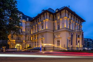 Falkensteiner Hotel Grand MedSpa Gebäude am Abend