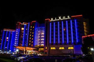 Resort Rixos Prykarpattya Gebäude bei Nacht